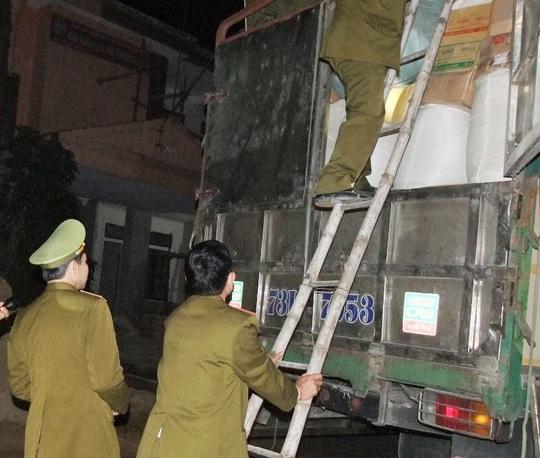 Xe tải chở hàng lậu bị lực lượng CSGT bắt giữ. Ảnh Công an Hà Tĩnh cung cấp