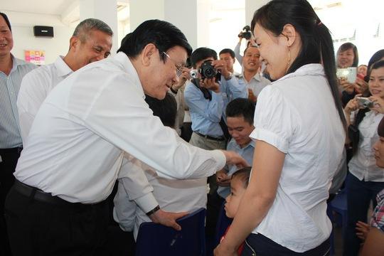 Chủ tịch nước thăm hỏi công nhân tại Khu lưu trú công nhân KCX Tân Thuận
