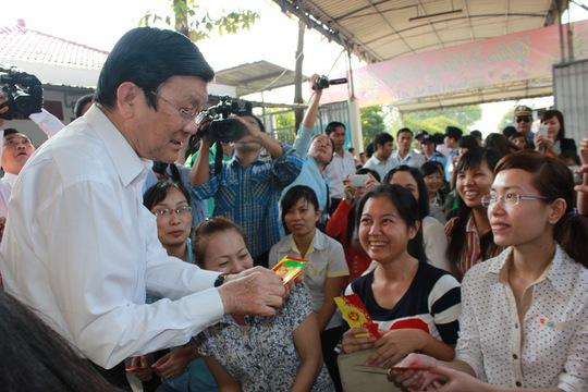 Chủ tịch nước lì xì đầu năm cho công nhân công nhân Công ty TNHH Giày da Huê Phong