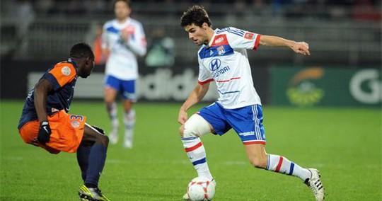 Tiền đạo Yoann Gourcuff (phải) của Lyon