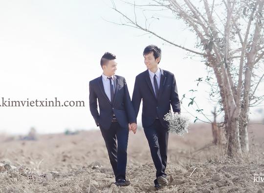 """""""Chú rể"""" Đức Nghị (bên trái) và """"cô dâu"""" Công Luận chụp ảnh trước ngày cưới. Ảnh do studio Kimvietxinh cung cấp."""