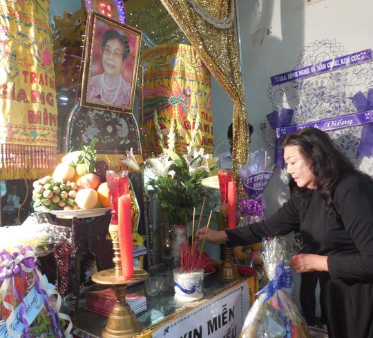 NSND Kim Cương xúc động tiễn biệt bà bầu Kim Chưởng, người con dâu của nghệ sĩ tiền phong Sáu Bê, cùng thời với cố NSND Bảy Nam