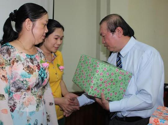 Ông Nguyễn Việt Cường, Phó Chủ tịch LĐLĐ TP HCM, tặng quà cho CNVC-LĐ tiêu biểu  ẢNH: THANH NGA