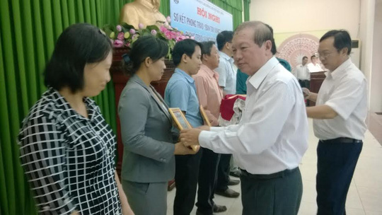 Ông Nguyễn Việt Cường, Phó cChủ tịch LĐLĐ TP HCM trao bằng khen cho các đơn vị xuất sắc