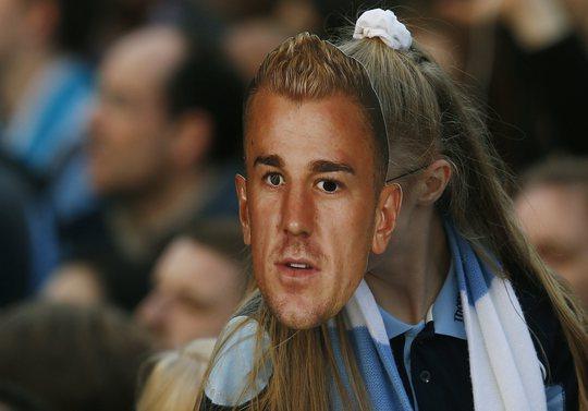 Một fan nữ với chiếc mặt nạ hình thủ môn Joe Hart