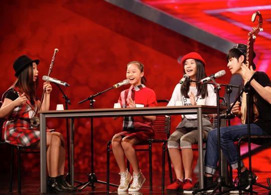 Tiết mục của nhóm 4 chị em. Từ trái sang: Thảo Linh, Phương Linh, Khánh Linh và Bá Hưng