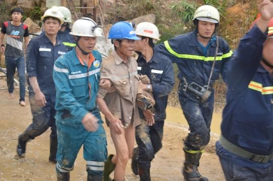 Vỡ òa sung sướng khi 12 công nhân ra khỏi hầm sập