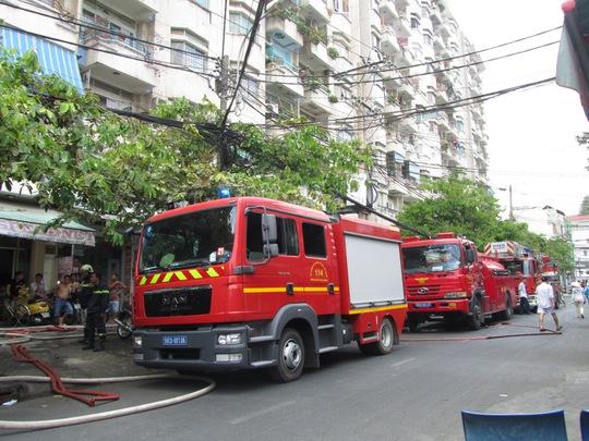 Lính cứu hỏa tiếp cận với hiện trường để dập lửa