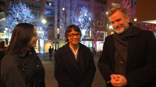 Đạo diễn Nguyễn Võ Nghiêm Minh (giữa) và diễn viên Quỳnh Hoa tại Berlin