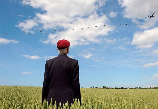 Cựu binh thế chiến II người Anh Frederick Glover chứng kiến cuộc nhảy dù khổng lồ ở Ranville (miền bắc nước Pháp) ngôi làng đầu tiên được giải phóng. Ảnh: Reuters
