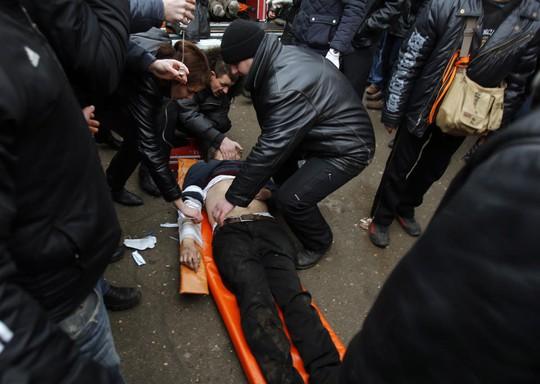 Các nhân viên y tế đang chữa trị người biểu tình bị thương.Ảnh: AP