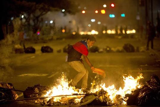 Đây được xem là làn sóng báo lực tồi tệ nhất Venezuela trong 1 thập kỷ qua. Ảnh: AP
