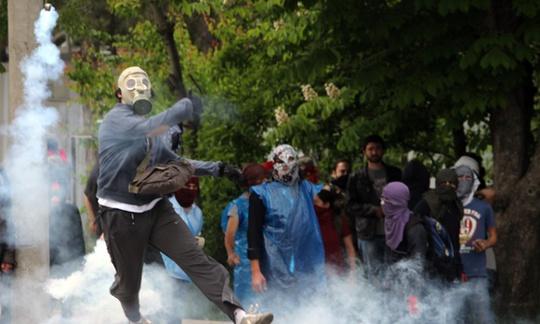 Đám đông biểu tình quá khích. Ảnh: Guardian