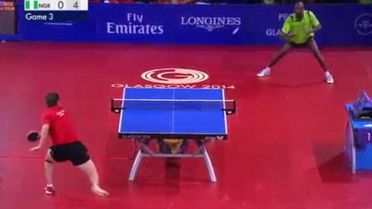 Ning Gao (áo đỏ) và Toriola cống hiến cho khán giả một pha bóng đẹp mắt