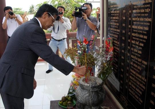Đại sứ Nhật Bản Hiroshi Fukada thắp hương tưởng niệm 55 nạn nhân trong vụ sập nhịp dẫn cầu Cần Thơ vào năm 2007. Ảnh: Giả Vinh
