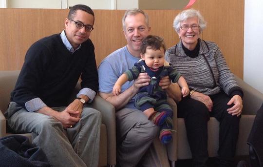 Tân Đại sứ Mỹ tại Việt Nam Ted Osius (giữa) cùng gia đình tại sân bay Washington DC, đã sẵn sàng để bay đến Hà Nội - Ảnh từ facebook của Đại sứ