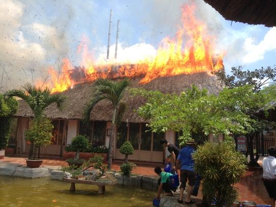 Cháy lớn xảy ra vào trưa 14-3 tại nhà hàng Lộc Phố (TP Mỹ Tho, Tiền Giang)