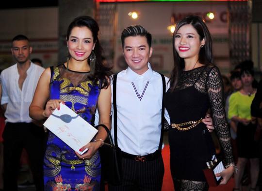 Cựu người mẫu Thúy Hằng (trái) và chân dài Phan Hoàng Thu cùng đến tham dự sự kiện