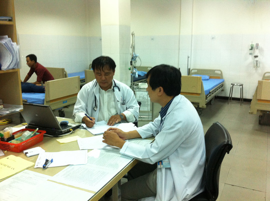 Bác sĩ Võ Quang Trung (ngoài cùng, bìa trái)