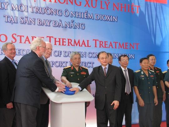 Đại diện Bộ Quốc phòng và Chính phủ Hoa Kỳ nhấn nút khởi động hệ thống xử lý nhiệt dioxin tại khu vực sân bay Đà Nẵng