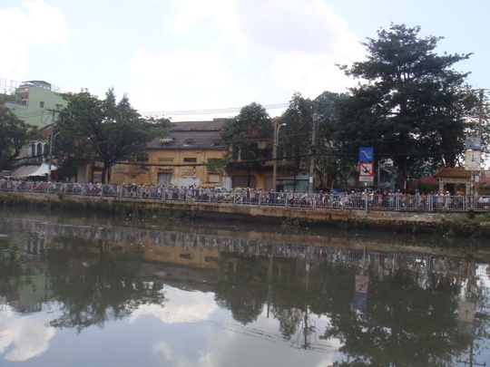 Rất đông người dân đứng bên đường Bến Bình Đông (phường 13, quận 8) xem nhân viên Cứu nạn - Cứu hộ mò tìm xác người.