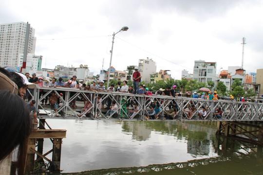 Rất đông người dân tới xem lực lượng chức năng đưa thi thể nạn nhân lên bờ vào sáng 28-8.