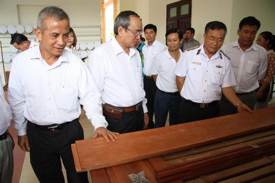 Chủ tịch Tổng LĐLĐ Việt Nam Đặng Ngọc Tùng (bìa trái), tại lễ trao tặng giường cho quân dân Trường Sa
