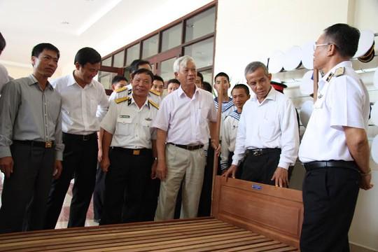 Chủ tịch Tổng LĐLĐ Việt Nam Đặng Ngọc Tùng (thứ hai từ phải sang), kiểm tra chất lượng giường