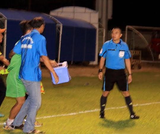 Trọng tài Phùng Đình Dũng bị một nhân viên sân An Giang rượt đánh