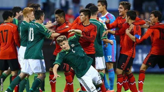 Các cầu thủ U20 Mexico (áo xanh) và U20 Bắc Ireland đánh nhau kinh hoàng