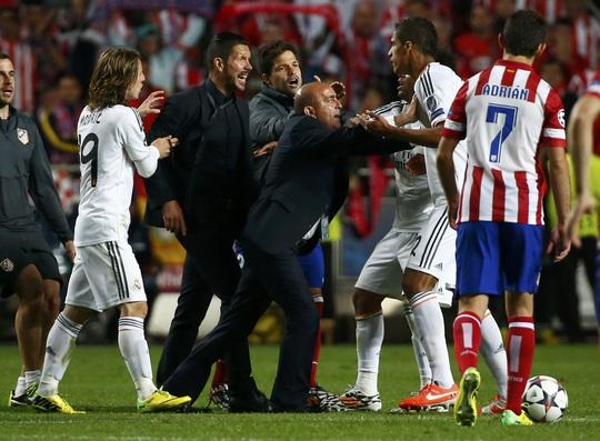 HLV Simeone lao vào sân như muốn ăn tươi nuốt sống Varane
