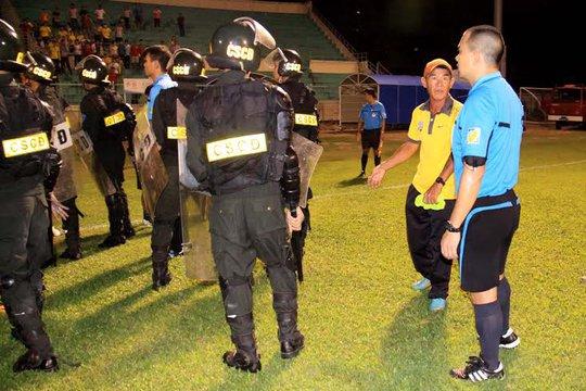 Cảnh sát vào sân bảo vệ trọng tài