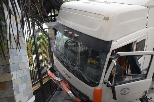 Đầu kéo xe container dừng lại sát cửa biệt thự trong gang tấc