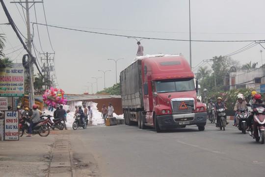 Một xe container khác được điều đến chuyển số bột mì xe container bị lật đi nơi khác