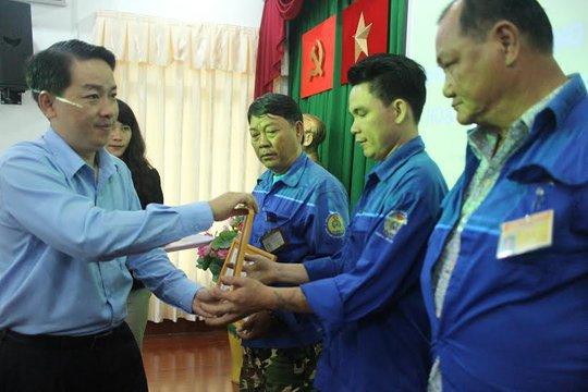 Ông Kiều Ngọc Vũ, Phó Chủ tịch LĐLĐ TP HCM, trao giấy khen cho các đoàn viên nghiệp đoàn xe ôm tham gia bắt cướp