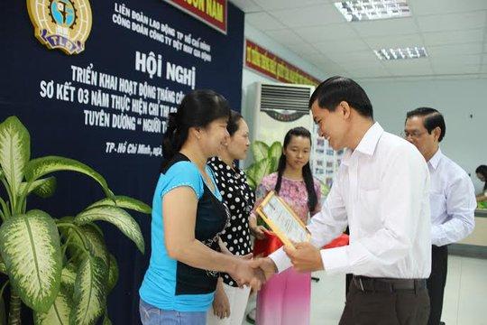 Ông Nguyễn Ngọc Bảo, Phó Ban Tuyên giáo LĐLĐ TP HCM, tặng giấy khen cho các cá nhân xuất sắc trong cuộc vận động