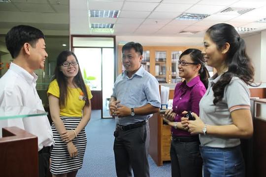 Chị Đặng Thị Thanh Son, Chủ tịch CĐ Công ty CP Kinh doanh Địa ốc Him Lam (bìa phải) thăm hỏi đoàn viên