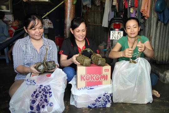 Công nhân Công ty CP Thực phẩm Thuận Phát vui mừng trước quà Tết do LĐLĐ quận Tân Bình, TP HCM, tặng