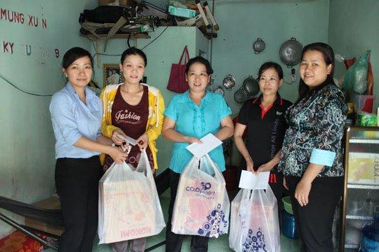Bà Tô Thị Hương Diễm, Phó Chủ tịch LĐLĐ quận Tân Bình (bìa trái) tặng quà và chúc Tết công nhân Công ty CP Thực phẩm Thuận Phát