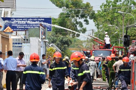 Lực lượng Cảnh sát PCCC đang phun nước dập lửa tại hện trường vào trưa 15-4, trên đường Đào Tông Nguyên, xã Phú Xuân, huyện Nhà Bè, TP HCM.