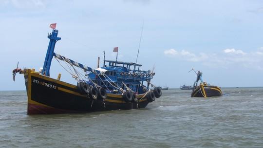 Tàu cá BTh 980834 Ts đang kéo tàu cá BTh 96984 Ts