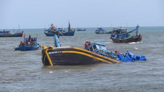 Toàn bộ lưới và ngư cự của tàu cá BTh 96984 Ts đã chìm xuống biển