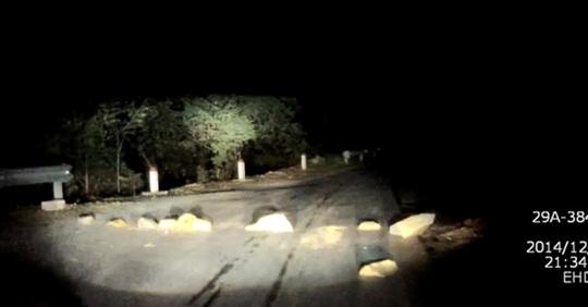 Những tảng đá được xếp chắn ngang quốc lộ 4D từ Lào Cai đi Sa Pa - Ảnh cắt từ clip của thành viên Otofun