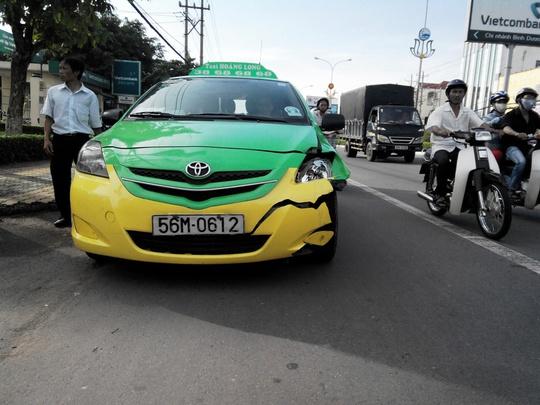 Tài xế Tân với đầu taxi vỡ khá nặng