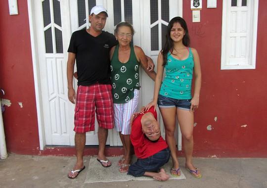 Anh Oliveira bên gia đình ở Monte Santo