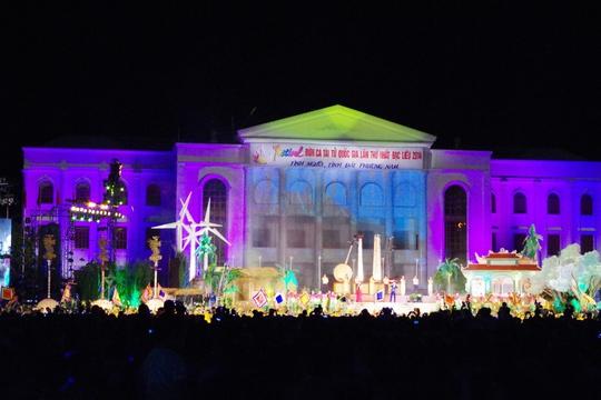 Hàng chục ngàn người dân đã chứng kiến trực tiếp đêm khai mạc ấn tượng