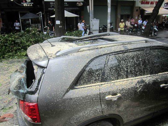 Xe ô tô BKS 61A-021.61 bị hư hỏng nặng