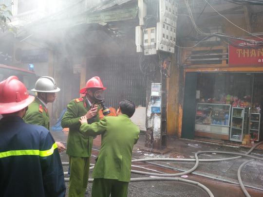Lực lượng chữa cháy đeo mặt nạ phòng khí độc