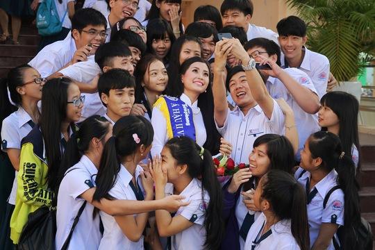 """Tân Hoa hậu Việt Nam tham gia """"Hương tết Việt"""""""