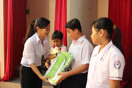 Bà Tô Thị Hương Diễm, Phó Chủ tịch LĐLĐ quận Tân Bình, TP HCM, trao học bổng cho con CNVC-LĐ